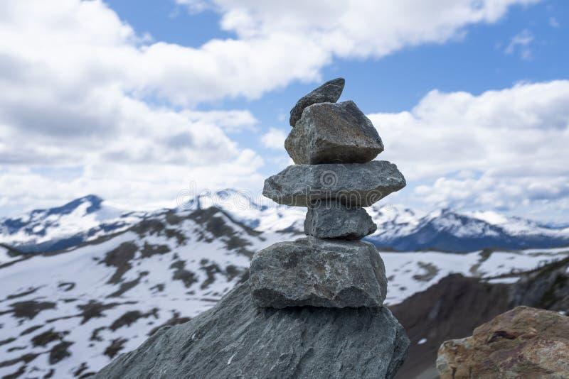 Roches de équilibrage sur le toit du monde photographie stock libre de droits
