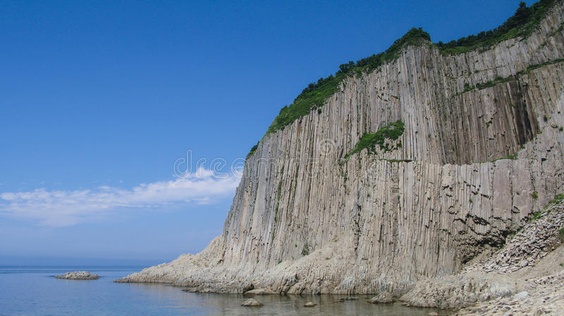 Roches de cap de Stolbchaty dans Kunashir, îles de Kourile photos stock