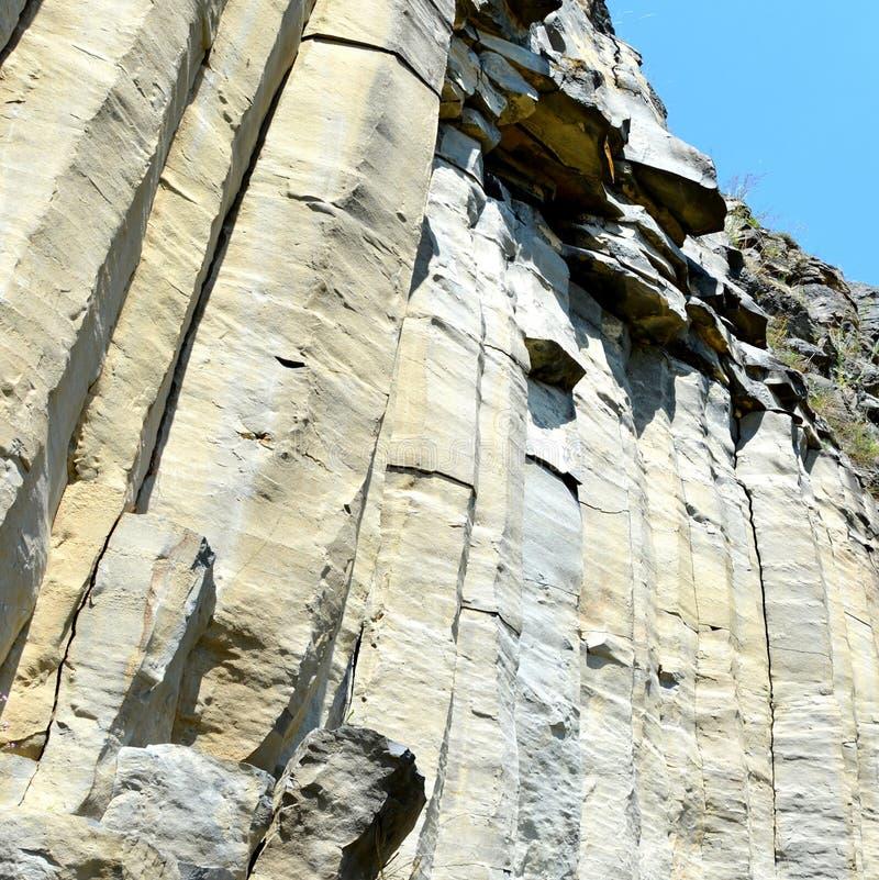 Roches de colonnes de basalte dans Racos, la Transylvanie photographie stock libre de droits
