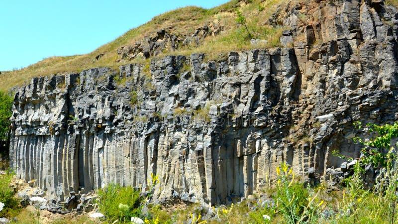 Roches de colonnes de basalte dans Racos, la Transylvanie image libre de droits