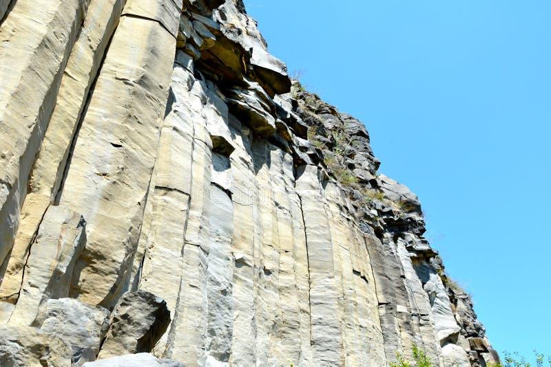 Roches de colonnes de basalte dans Racos, la Transylvanie photographie stock