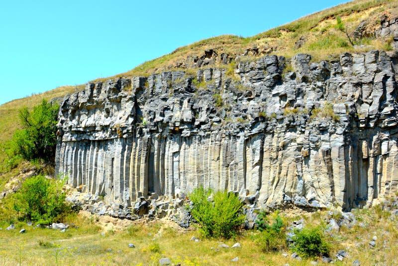 Roches de colonnes de basalte dans Racos, la Transylvanie photos libres de droits