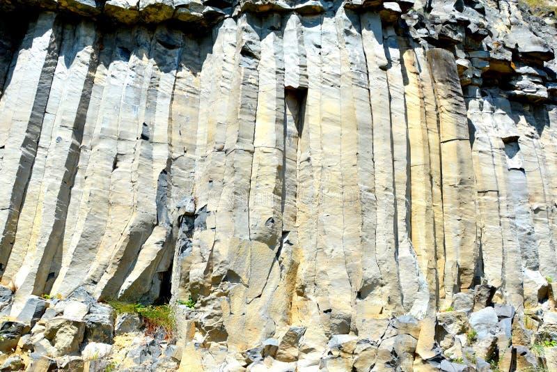 Roches de colonnes de basalte dans Racos, la Transylvanie images libres de droits