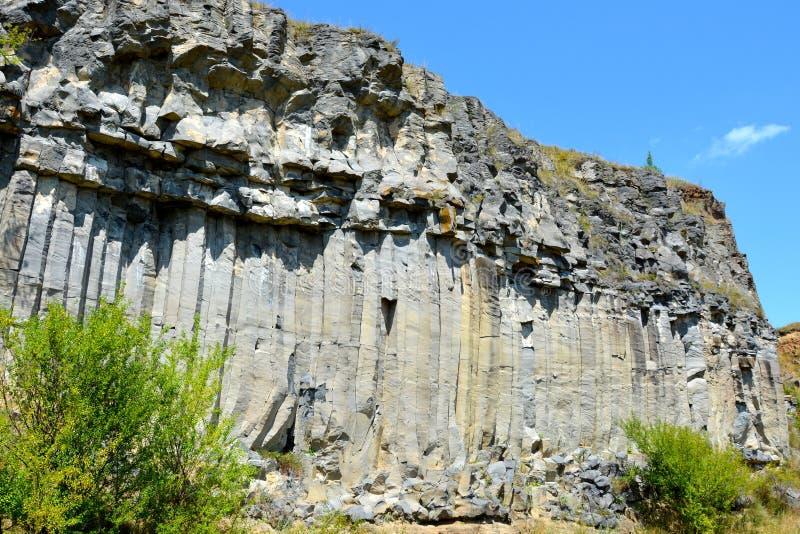 Roches de colonnes de basalte dans Racos, la Transylvanie images stock