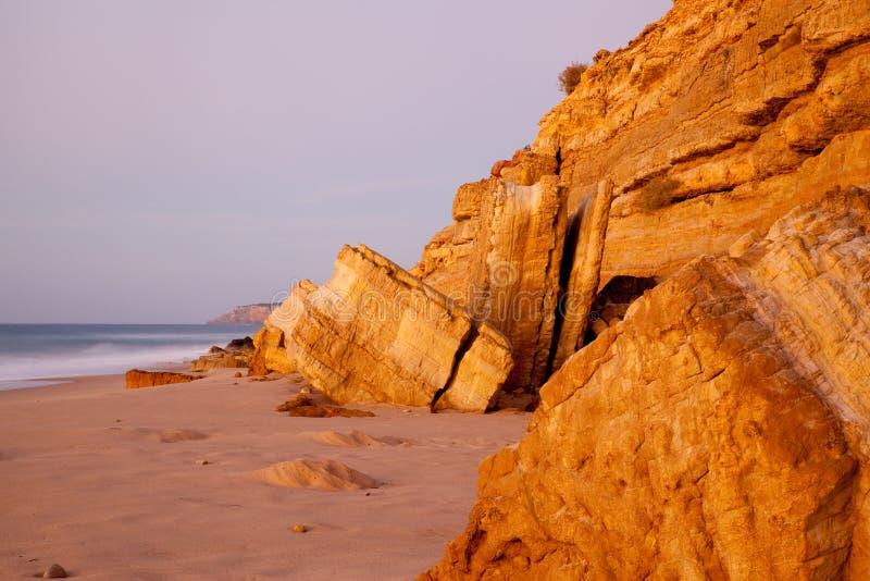Roches de grès chez Salema Portugal photographie stock libre de droits