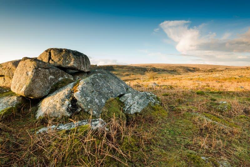 Roches de granit dans le terrain découvert sauvage photos libres de droits