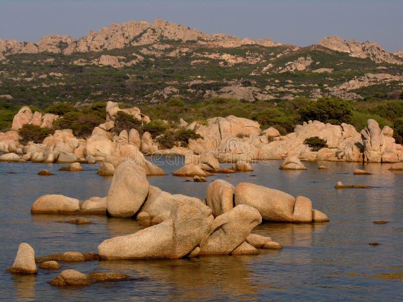 Roches de granit sur la mer image libre de droits