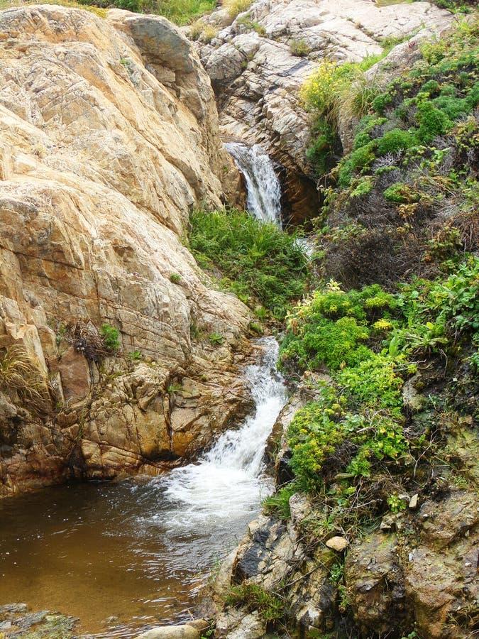 Roches de la Californie et falaises côtières, petite cascade de cascade le long de la côte - route 1 de voyage par la route vers  images stock
