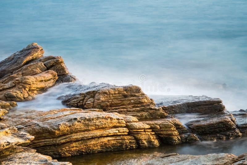 Roches de mer dans le lever de soleil photographie stock