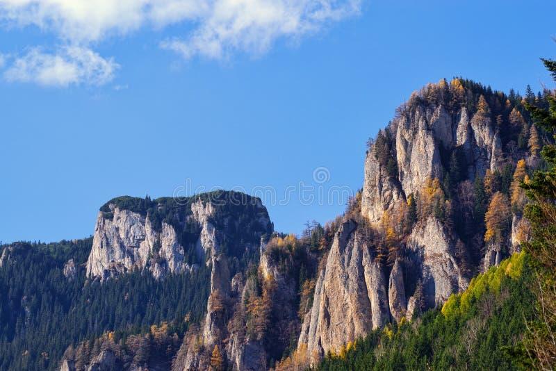 Roches de montagne d'automne photographie stock