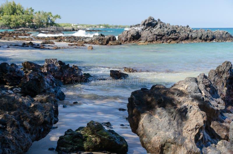 Roches de plage de Waialea images libres de droits