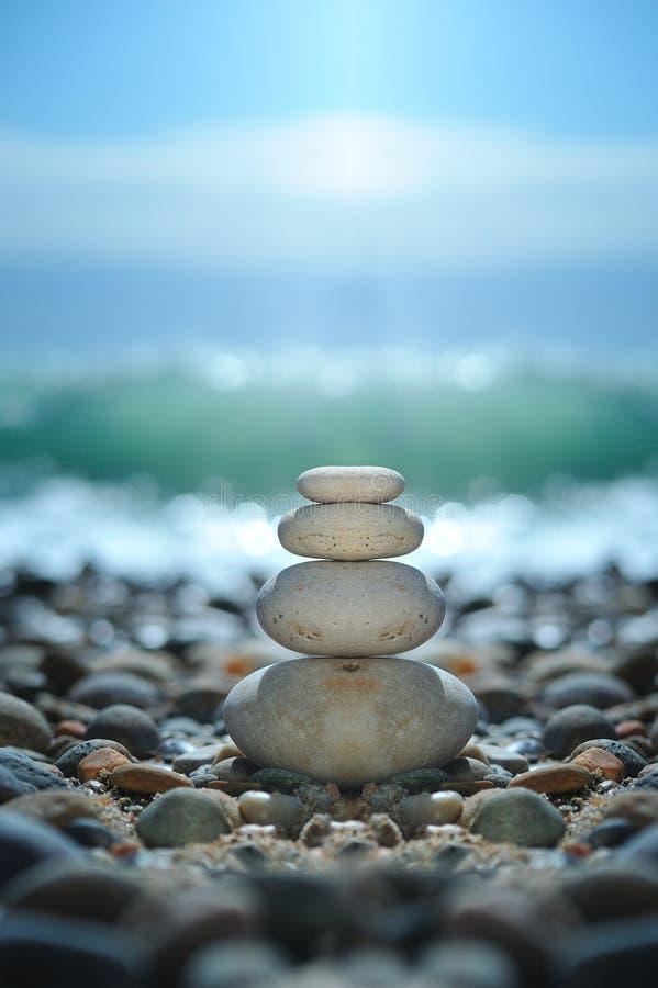 Roches de zen sur la plage photo stock