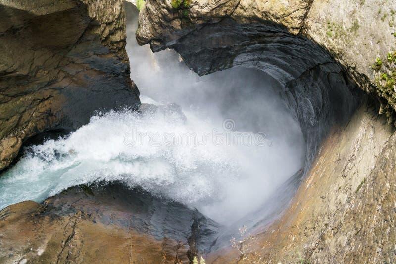 Roches en baisse de cuvette de courant de cascade Cascade de Trummelbachfalls dans Lauterbrunnen, Suisse photographie stock
