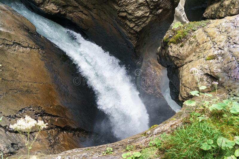 Roches en baisse de cuvette de courant géant de cascade Cascade de Trummelbachfalls dans Lauterbrunnen, Suisse photo stock