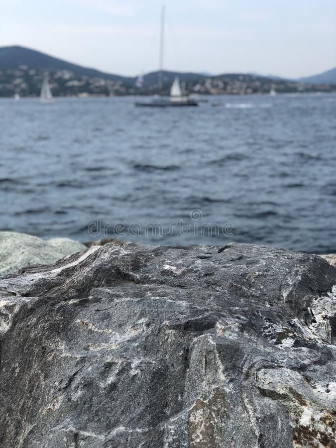 Roches en mer photo stock