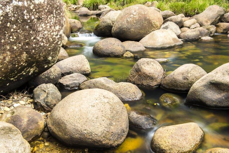 Roches et écoulement de l'eau photographie stock libre de droits
