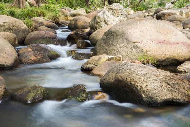 Roches et écoulement de l'eau photo stock