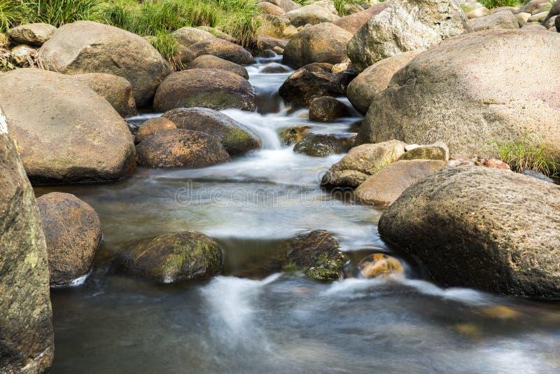 Roches et écoulement de l'eau image libre de droits