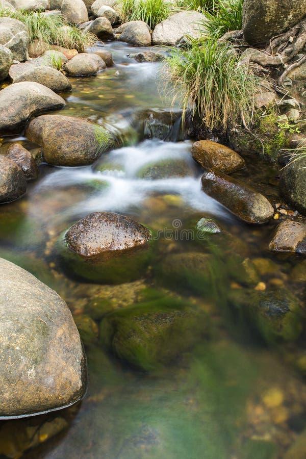 Roches et écoulement de l'eau photographie stock