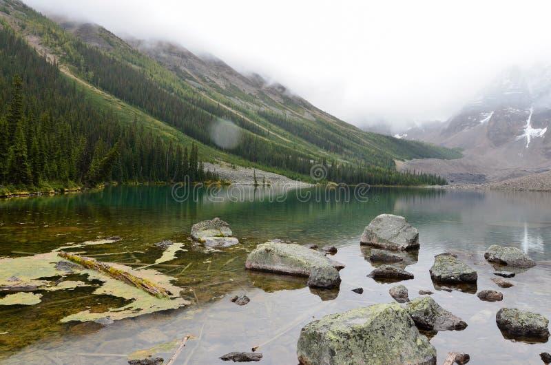 Roches et montagnes aux lacs 5 consolation photos libres de droits
