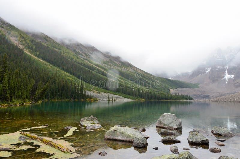 Roches et montagnes aux lacs 7 consolation images libres de droits