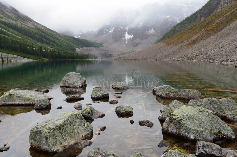 Roches et montagnes aux lacs 2 consolation photos stock