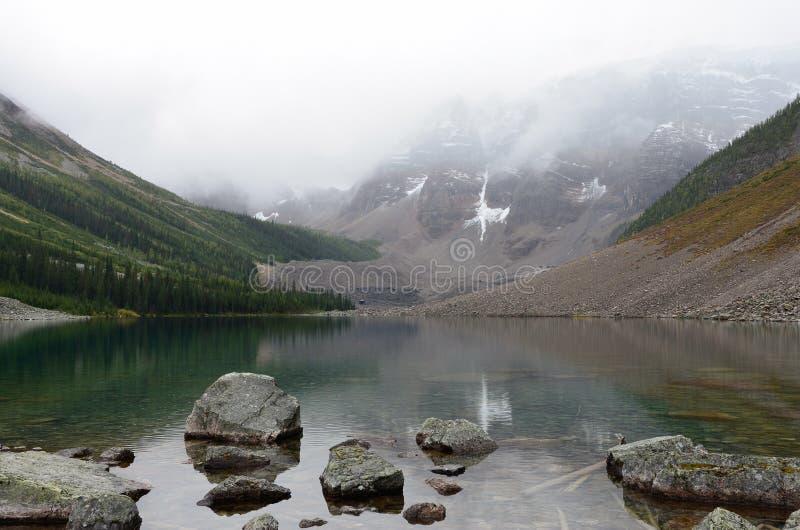 Roches et montagnes aux lacs 4 consolation photographie stock libre de droits