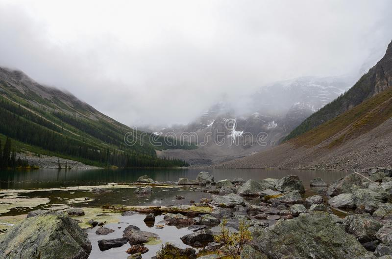 Roches et montagnes aux lacs 1 consolation photographie stock libre de droits