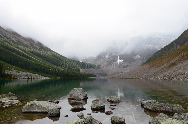 Roches et montagnes aux lacs 3 consolation image libre de droits