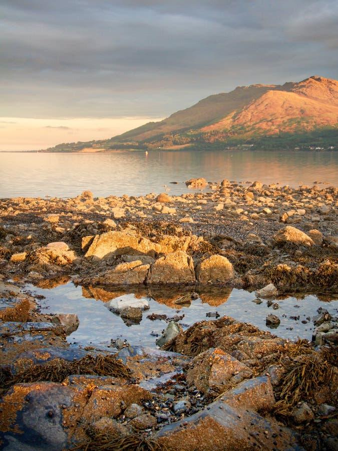 Roches et montagnes sur la mer photos stock