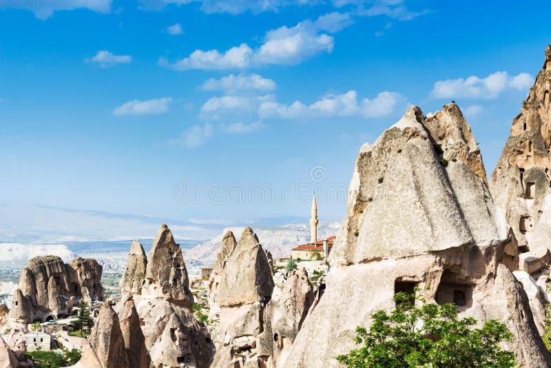 roches et mosquée féeriques de cheminée dans la ville d'Uchisar images libres de droits