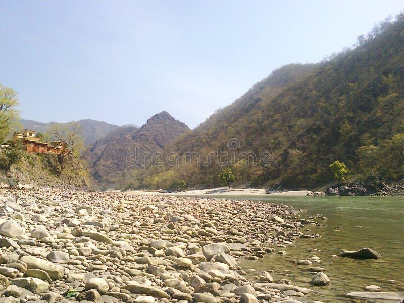 Roches et Mountain View de rive image libre de droits