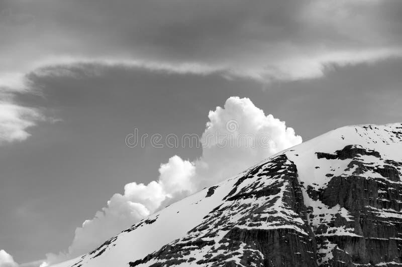 Roches et nuages neigeux noirs et blancs photo libre de droits