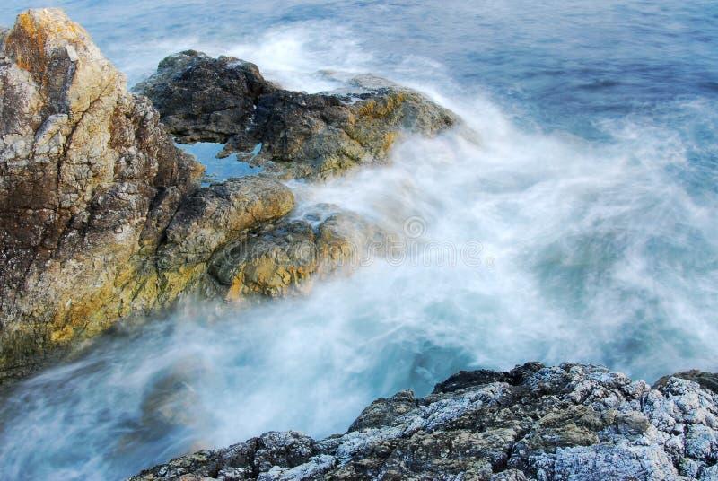 Roches et ondes de bord de la mer images libres de droits