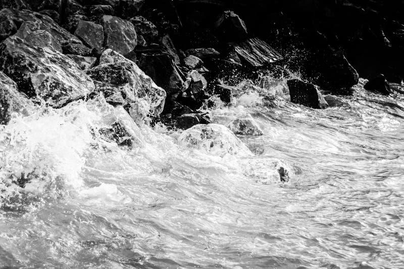 Roches et pierres sur le bord de la mer images stock