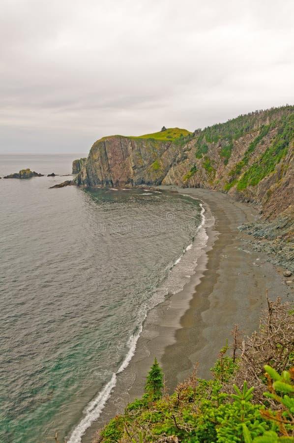 Roches et plage à distance sur l'océan photos libres de droits