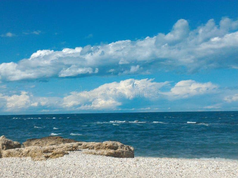 Roches et plage sous le ciel bleu photo libre de droits