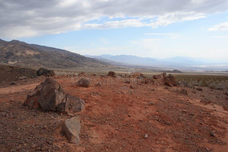 Roches et sable rouges en parc national de Death Valley photos libres de droits