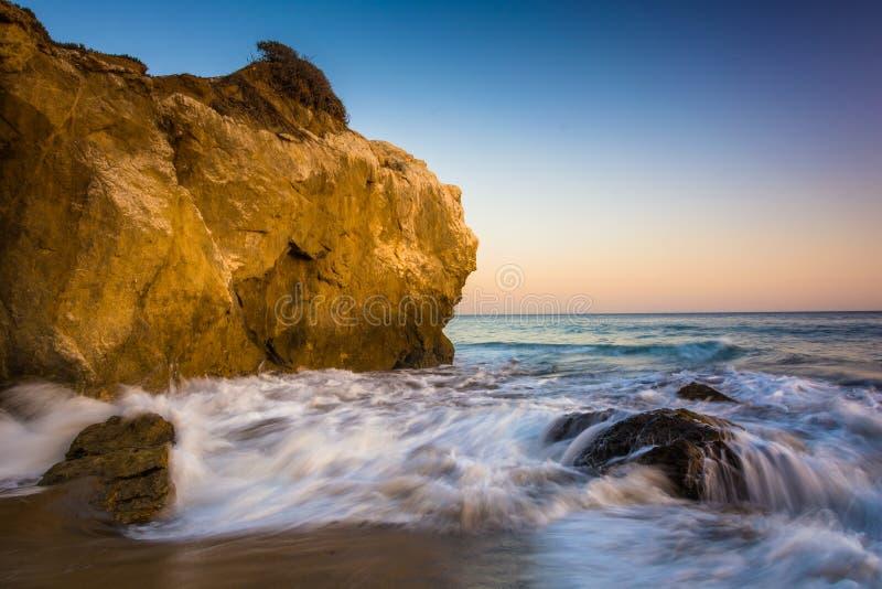 Roches et vagues dans l'océan pacifique, à l'EL Matador State Beach, photographie stock