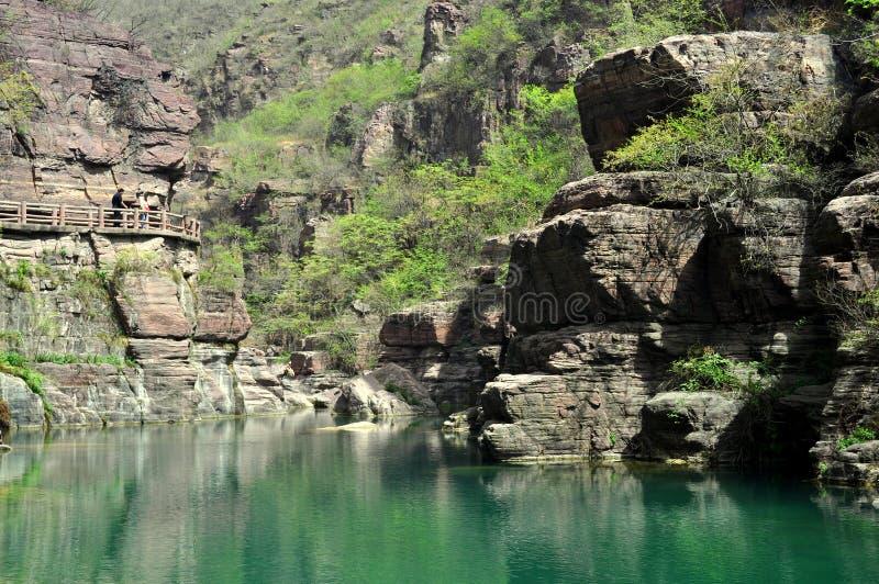 Roches, forêts et points d'eau images stock