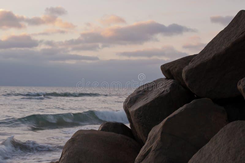 Roches le long de l'océan pacifique avec un ciel de ternissure en Californie photos libres de droits
