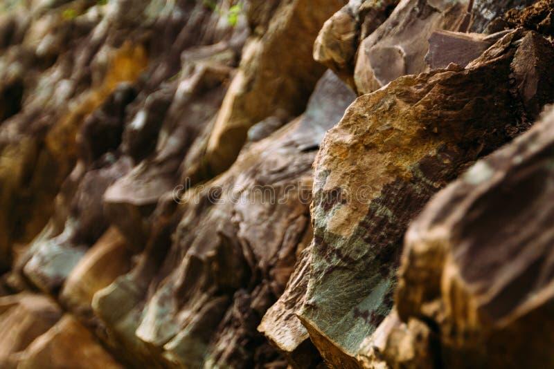 Roches pointues de montagne par la rivière Beaucoup de couches de pierre photographie stock libre de droits