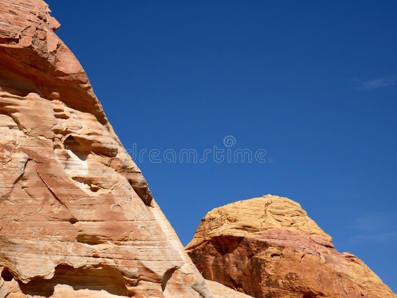 Roches rouges avec le ciel bleu sur la vallée du parc d'état du feu Nevada photos libres de droits