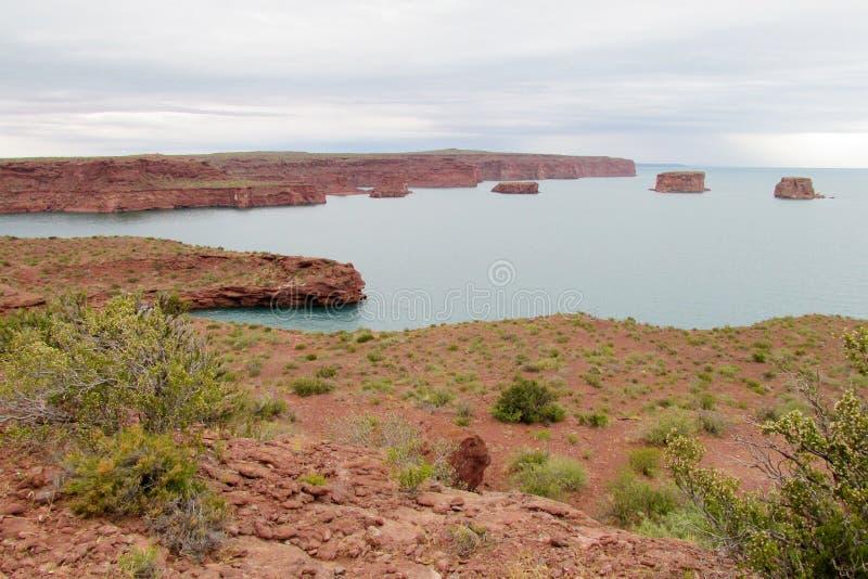 Roches rouges dans l'eau bleue de lac image libre de droits