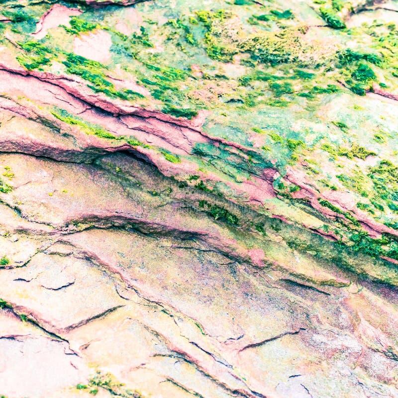 Roches sédimentaires colorées constituées par l'accumulation milieux, modèles et textures naturels de couches de roche de sédimen photographie stock libre de droits