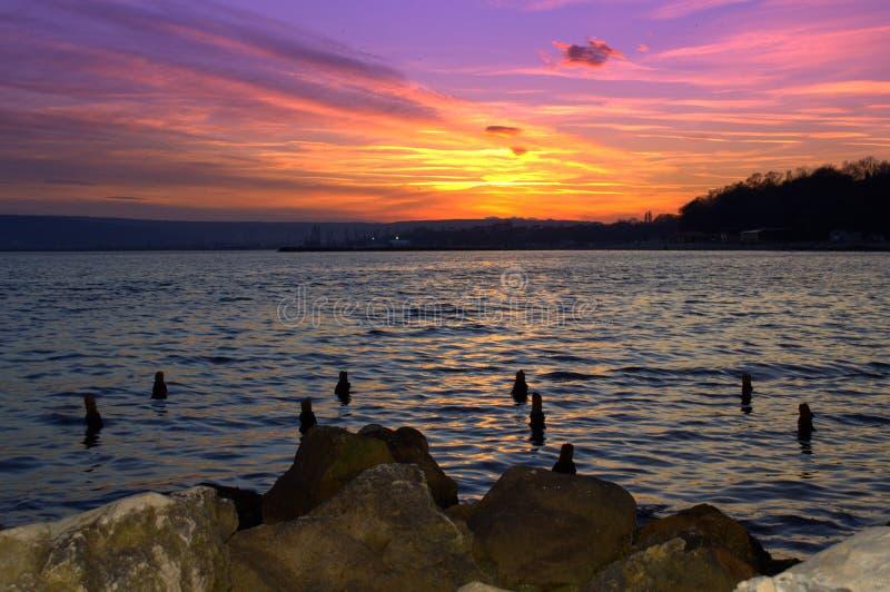 Roches spectaculaires de coucher du soleil et de bord de la mer image stock