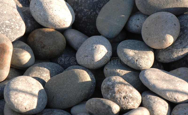 Roches superficielles par les agents de fleuve de granit photos libres de droits