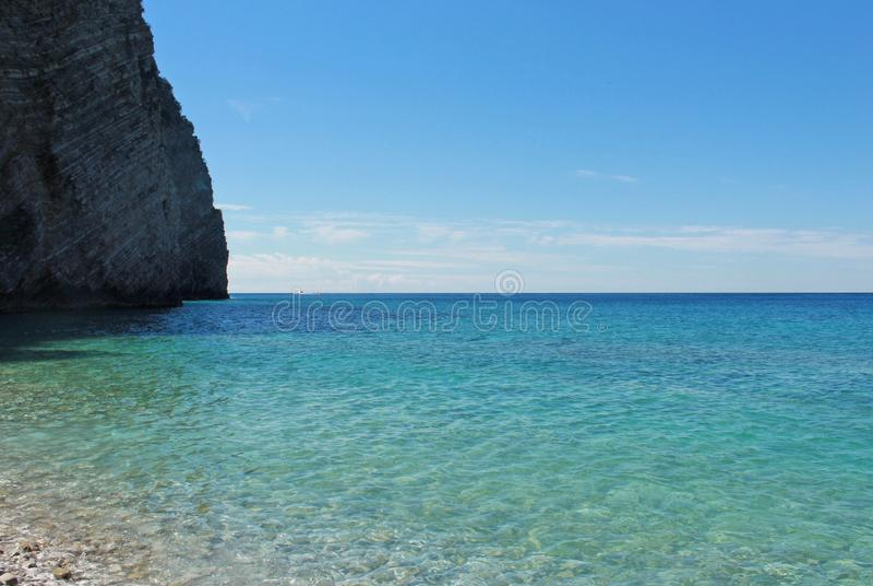 Roches sur l'île de Saint-Nicolas dans Budva, Monténégro Plage de paradis sur l'île en mer concept de course image stock
