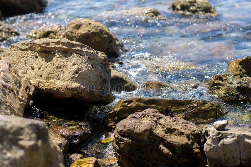 Roches sur la plage tropicale photographie stock