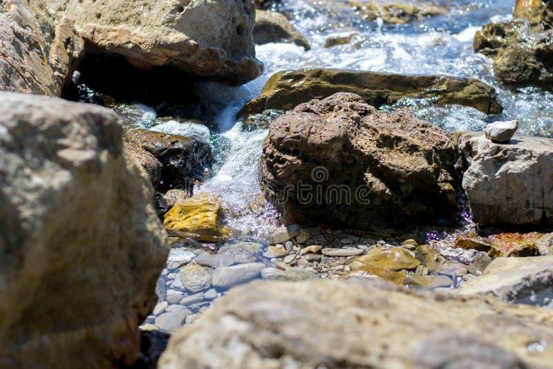 Roches sur la plage tropicale photographie stock libre de droits